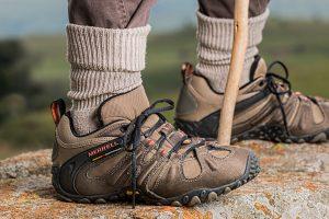 Vandtætte sokker på person der vandrer