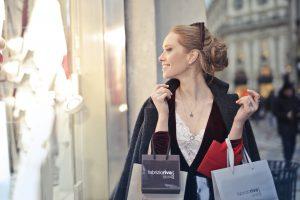 Person shopper i udlandet med en masse poser