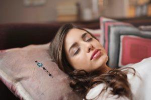 Kvinde sover i blød seng