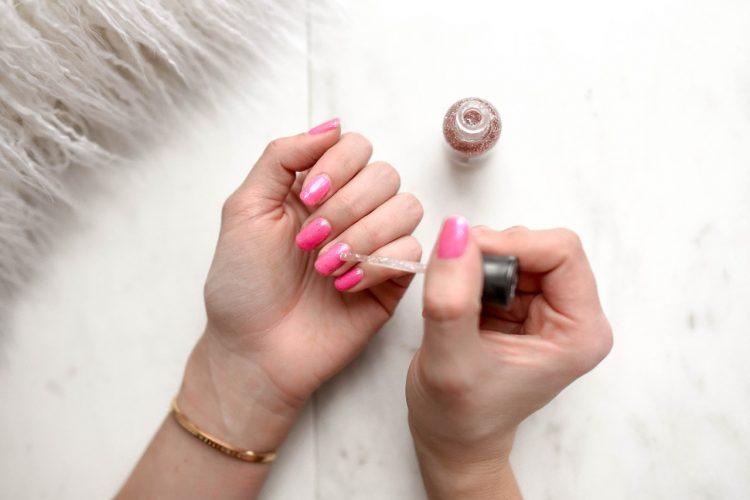 Person laver negle på sig selv